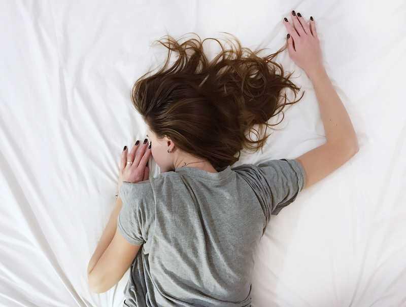 fille qui dort sur un lit